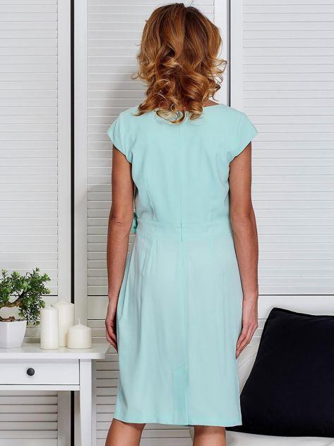 Sukienka miętowa z drapowaniem i ozdobnym kwiatem PLUS SIZE                              zdj.                              2