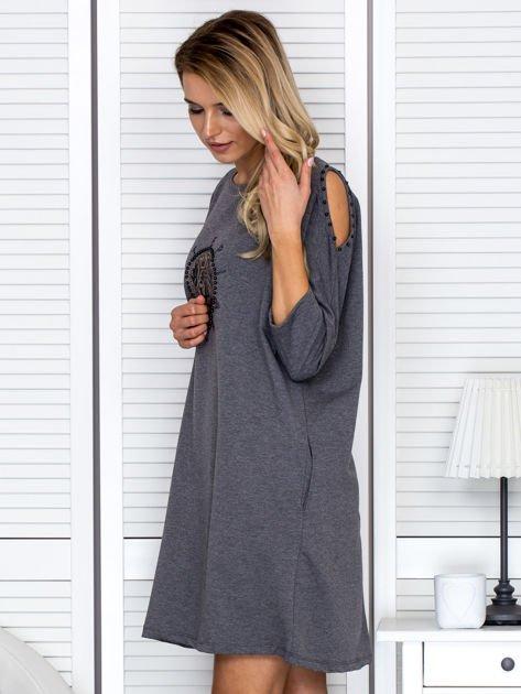 Sukienka oversize z wycięciami na rękawach i perełkami ciemnoszara                                  zdj.                                  5
