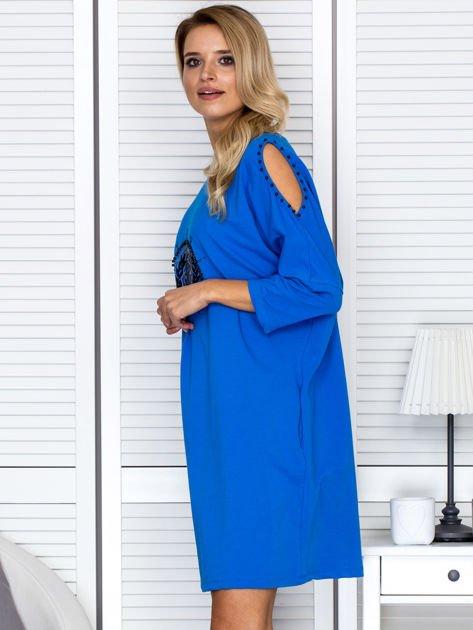 Sukienka oversize z wycięciami na rękawach i perełkami niebieska                              zdj.                              3