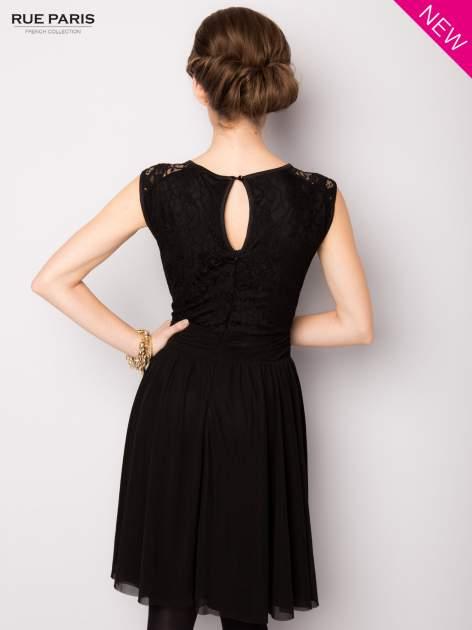 Sukienka z aplikacją z czarnej koronki i rozkloszowanym dołem                                  zdj.                                  4