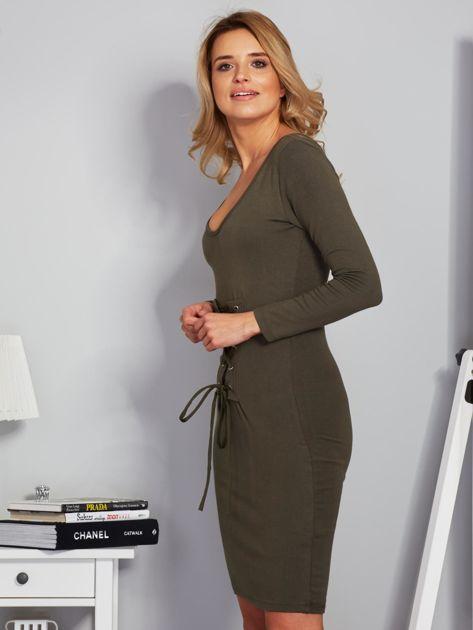 Sukienka ze sznurowaniem i głębokim dekoltem khaki                              zdj.                              5