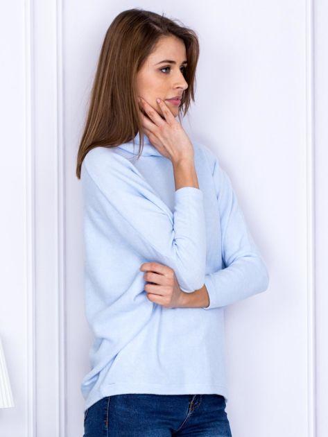 Sweter jasnoniebieski z miękkim kołnierzem                                  zdj.                                  5