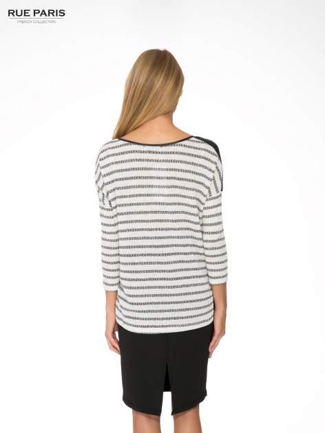 Sweter w ecru-czarne paski ze wstawkami na ramionach imitującymi skórę                                  zdj.                                  4