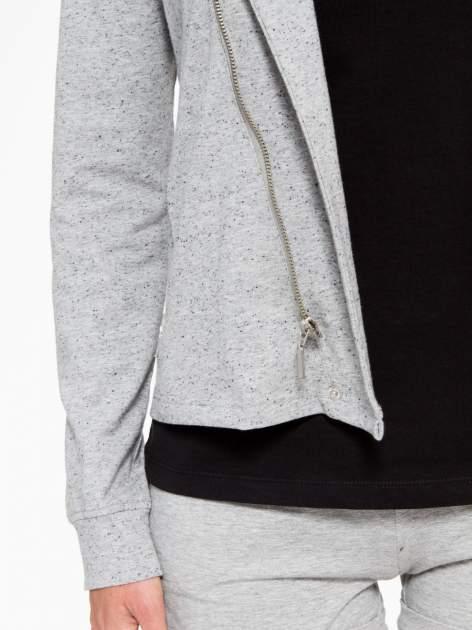 Szara bluza dresowa z asymetrycznym suwakiem i kapturem                                  zdj.                                  7