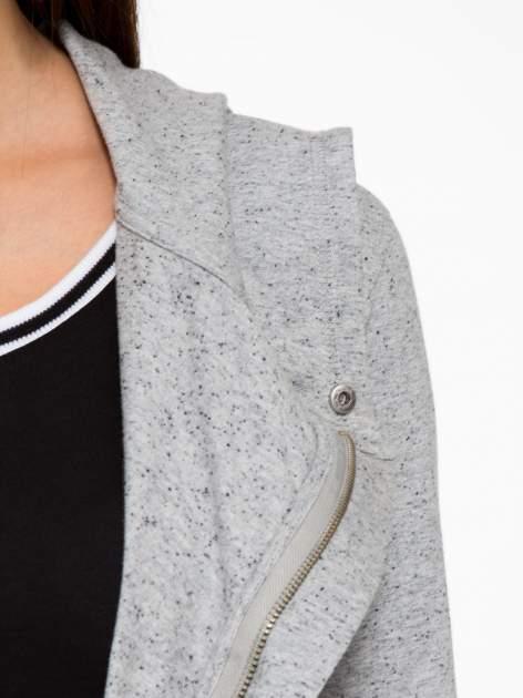 Szara bluza dresowa z asymetrycznym suwakiem i kapturem                                  zdj.                                  9