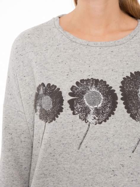 Szara bluza z dłuższym tyłem i nadrukiem kwiatów                                  zdj.                                  5
