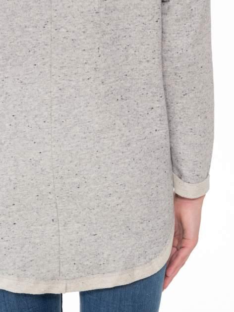 Szara bluza z dłuższym tyłem i nadrukiem kwiatów                                  zdj.                                  8