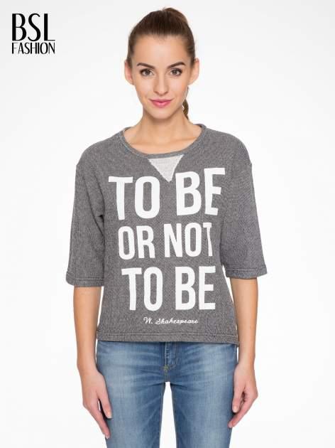 Szara bluza z nadrukiem TO BE OR NOT TO BE                                  zdj.                                  1