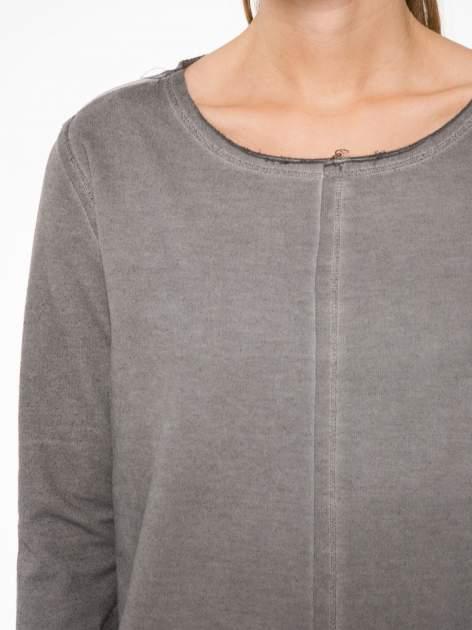 Szara bluza z surowym wykończeniem i widocznymi szwami                                  zdj.                                  5