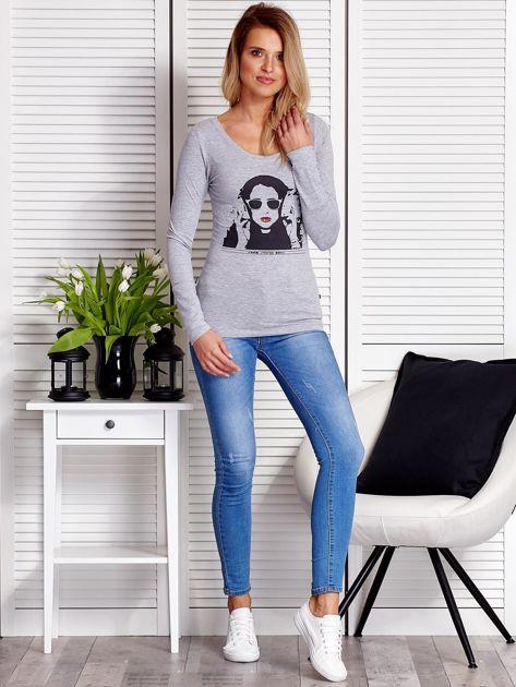 Szara bluzka damska z dziewczęcym fotoprintem                              zdj.                              4