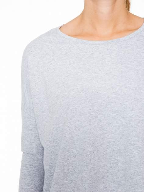 Szara dresowa bluza z dłuższym tyłem i obniżoną linią ramion                                  zdj.                                  6