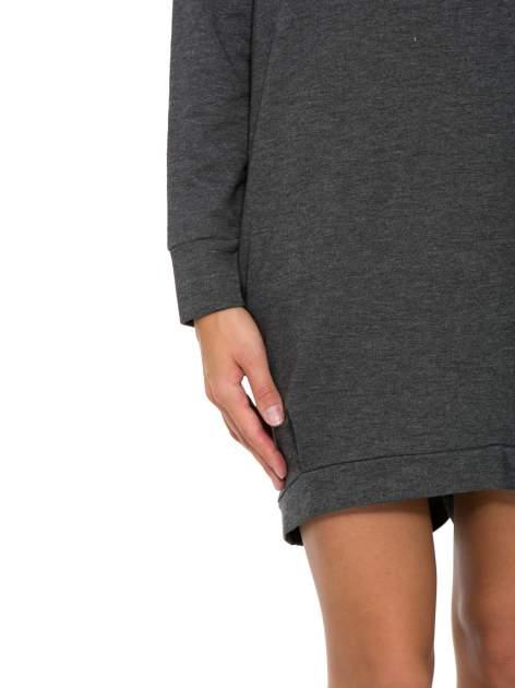 Szara dresowa sukienka oversize z ozdobnymi kieszeniami                                  zdj.                                  7