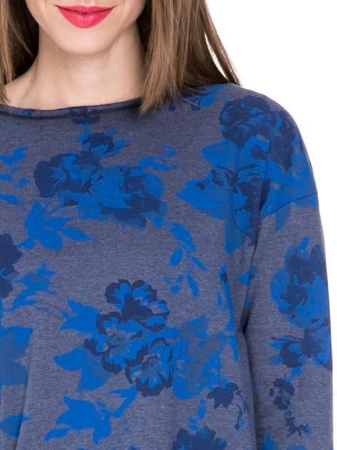 Szara dresowa sukienka z nadrukiem kwiatowym w kolorze niebieskim                                  zdj.                                  3