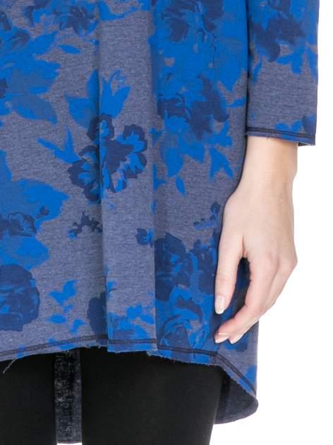 Szara dresowa sukienka z nadrukiem kwiatowym w kolorze niebieskim                                  zdj.                                  4