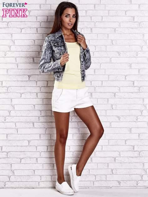 Szara jeansowa kurtka w tłoczone wzory                                  zdj.                                  2