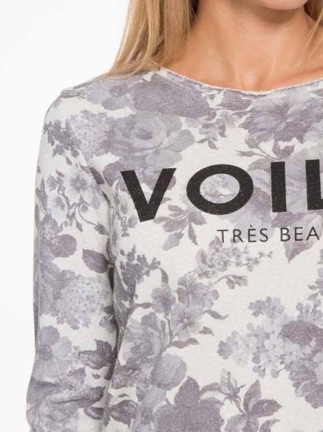 Szara kwiatowa bluza z napisem VOILÀ przeplatana błyszczącą nicią                                  zdj.                                  6
