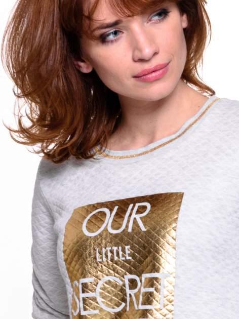 Szara pikowana bluza w stylu glamour ze złotym nadrukiem i lamówką                                  zdj.                                  4