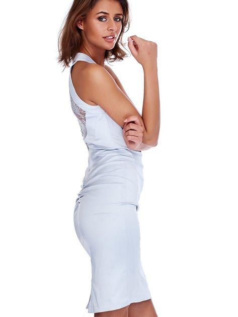 Szara satynowa sukienka z koronkową wstawką z tyłu                              zdj.                              6