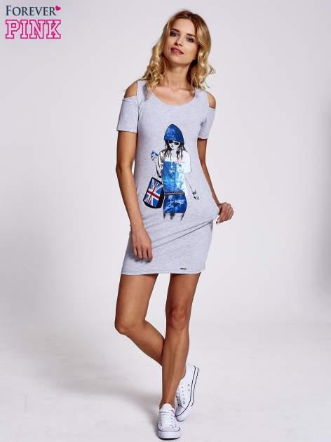 Szara sukienka dresowa cut out shoulder z nadrukiem dziewczyny                                  zdj.                                  2
