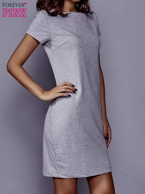Szara sukienka dresowa o prostym kroju                                  zdj.                                  3