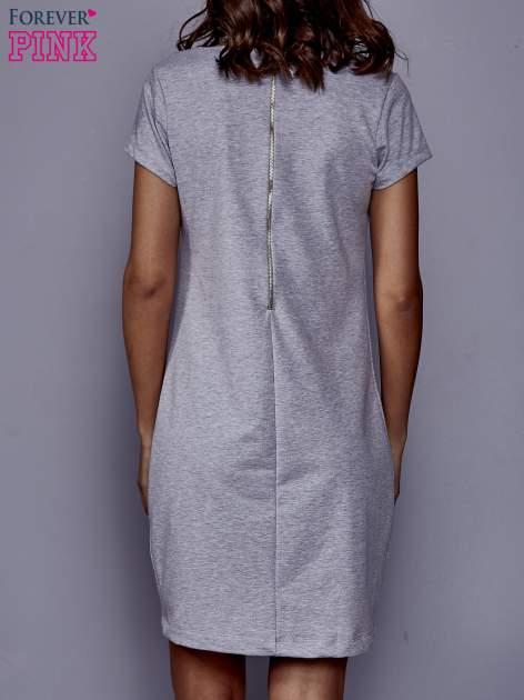 Szara sukienka dresowa o prostym kroju                                  zdj.                                  4