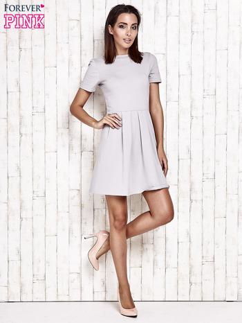 Szara sukienka dresowa wiązana na kokardę z tyłu                                  zdj.                                  2