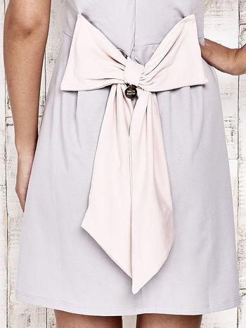 Szara sukienka dresowa wiązana na kokardę z tyłu                                  zdj.                                  5