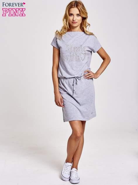 Szara sukienka dresowa wiązana w pasie z aplikacją z dżetów                                  zdj.                                  2