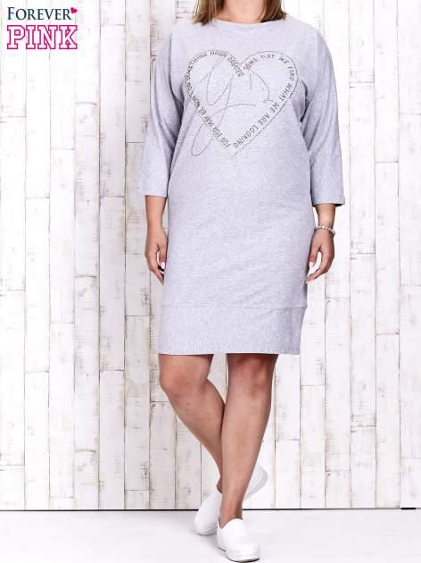 Szara sukienka dresowa z sercem z dżetów PLUS SIZE                                  zdj.                                  4