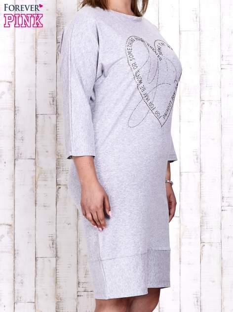 Szara sukienka dresowa z sercem z dżetów PLUS SIZE                                  zdj.                                  3