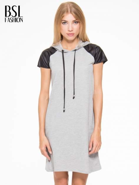 Szara sukienka z kapturem z wstawkami ze skóry