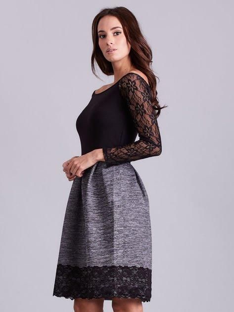 Szara sukienka z koronkową lamówką                              zdj.                              3