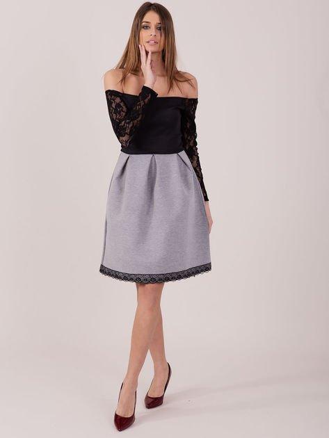 Szara sukienka z koronkowymi rękawami                              zdj.                              1