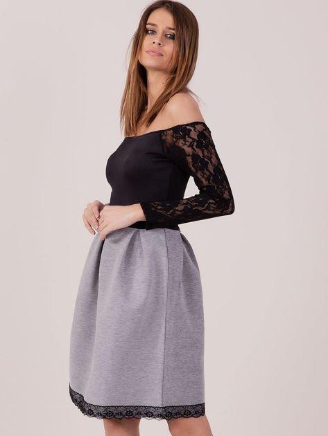 Szara sukienka z koronkowymi rękawami                              zdj.                              2