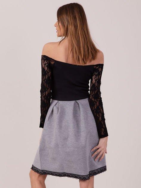 Szara sukienka z koronkowymi rękawami                              zdj.                              3