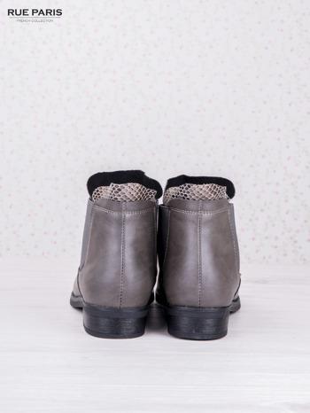Szare botki faux leather Bella na płaskim obcasie z wężową wstawką na cholewce                                  zdj.                                  4
