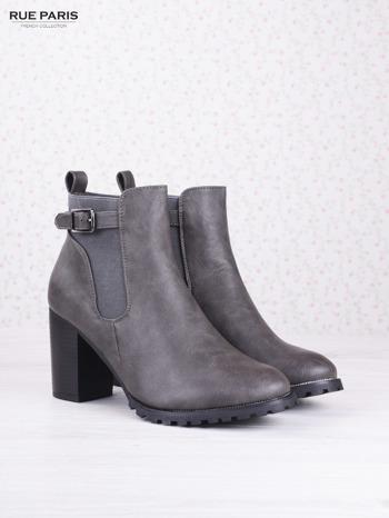 Szare cieniowane botki eco leather Emma z ozdobną klamerką na słupku                                  zdj.                                  2