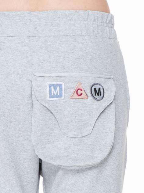 Szare dresowe spodnie baggy z guzikami i ozdobnymi kieszonkami                                  zdj.                                  6