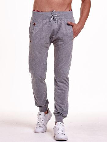 Szare gładkie spodnie męskie ze skórzanymi wstawkami                                  zdj.                                  1