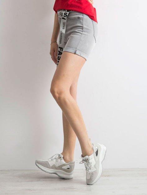 Szare jeansowe bermudy z paskiem w napisy                              zdj.                              3