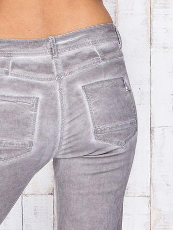 Szare jeansowe spodnie skinny z brokatem i dekatyzacją                                  zdj.                                  5