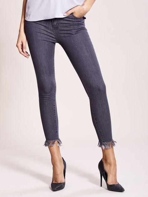 Szare jeansy z postrzępionymi nogawkami                              zdj.                              2