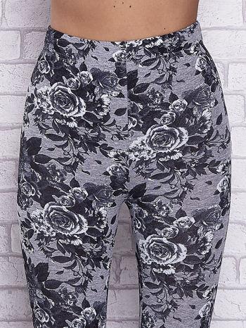 Szare melanżowe legginsy w róże                                  zdj.                                  4