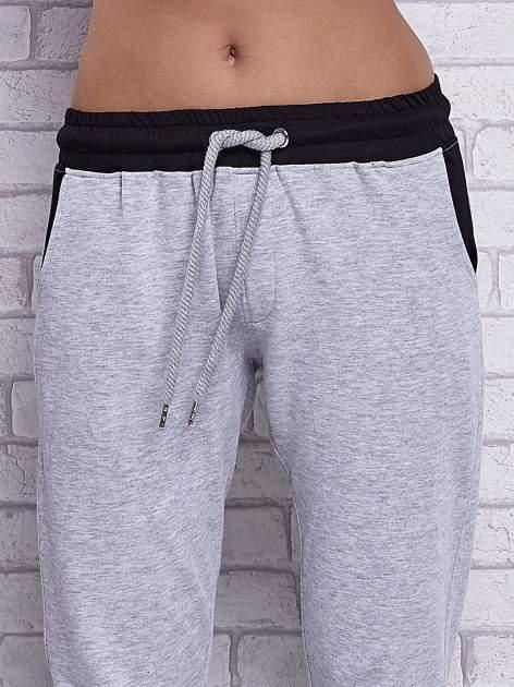 Szare melanżowe spodnie dresowe z czarnymi wstawkami                                  zdj.                                  4