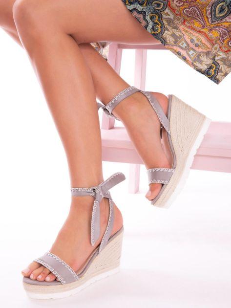 Szare sandały z eco zamszu z ozdobnymi obszyciami, wiązane na boku                               zdj.                              4