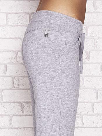 Szare spodnie dresowe capri z dżetami i troczkiem                                  zdj.                                  5