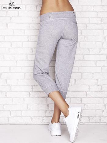 Szare spodnie dresowe capri z kieszonką na suwak                                  zdj.                                  2