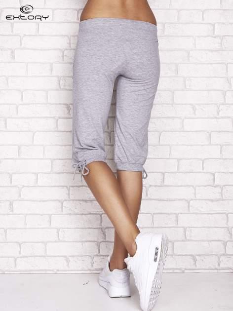 Szare spodnie dresowe capri z napami                                  zdj.                                  3