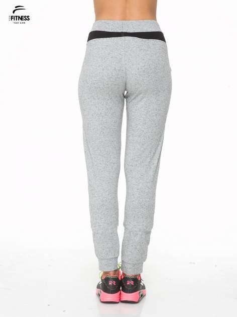 Szare spodnie dresowe damskie z suwakiem i kontrastowymi wstawkami po bokach                                  zdj.                                  4