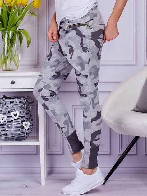 Szare spodnie dresowe moro z ukośnymi przeszyciami                              zdj.                              5